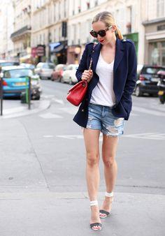 Look escritório com shorts jeans + t-shirt branca + blazer.
