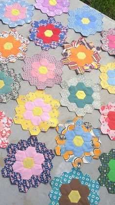 70 Trendy ideas for flowers background iphone paper Hexagon Quilt Pattern, Quilt Patterns, Quilting Projects, Sewing Projects, Vintage Quilts, Vintage Sewing, English Paper Piecing, Hand Quilting, Quilt Tutorials