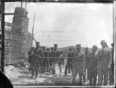 Η επίσκεψη του στρατηγού Νικολάου Πλαστήρα και παραγόντων της Επαναστατικής Κυβέρνησης με μέλη της Αμερικανικής Επιτροπής για την Αποκατάσταση των Προσφύγων στα πρώτα παραπήγματα στο Βύρωνα και το Παγκράτι (1923).