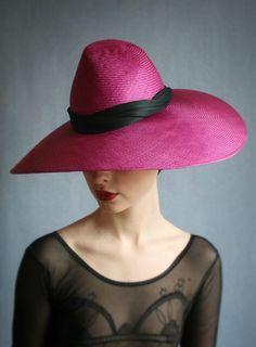 Mujer con sombrero rojo.