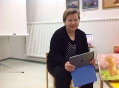 Satutuokio Padilta. Lapset näkevät kirjan kuvat, tekstin voi lukea Padin valokuvasta. Tämän kuvan otti iPadilla Ossi 4 v.