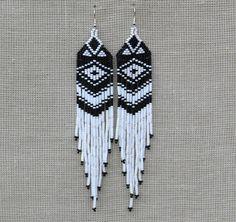 Blanc et noir boucles d'oreilles. Boucles d'oreilles d'amérindiennes perlées. Les boucles d'oreilles très longue frange. Plumeaux extra longue épaule.