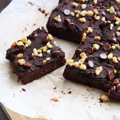For all you brownie lovers out there- looking for a healthy and no sugar added recipe!? Check out these vegan and gluten free Naturally Sweetened Black Bean Brownies! Made from dates, Cocoa powder, ground flax seed, black beans, and apple sauce - you would never even know how healthy they actually are . Click on bio above for full recipe. Have you tried using black beans in brownies before??