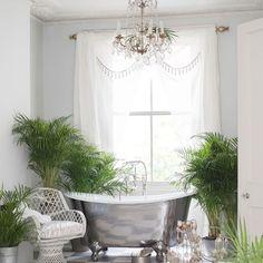 Микроклимат в ванной напоминает тропики, то есть естественную среду обитания многих комнатных растений. Комнатные растения смягчают холодный интерьер, прекрасно сочетаются с кафелем и фаянсом, а их сочная зелень создает умиротворяющую атмосферу – как в тропическом СПА – салоне. #спа #сантехника #Керамическаяплитка #Керамогранит  http://santehnika-tut.ru/catalog/