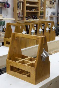 Diy beer carrier with opener scrap wood projects, small woodworking project Small Woodworking Projects, Small Wood Projects, Bois Diy, Into The Woods, Wooden Crafts, Diy Furniture, Beer, Sandro, Christmas Gifts