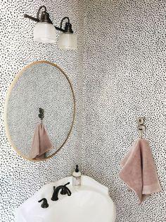 Bekijk en koop deze producten op Shopinstijl.nl - badkamer of wc met stippen behang met grote ronde spiegel