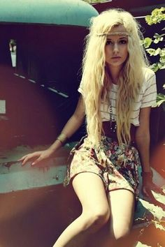 wish I could dress more hipster..digging the grundy look #wild #flowerchild #flowerpower #hipster #highwastedshorts #flowers #pretty #fashion #hair