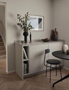 Nordiska Kök for Cooee. A minimalist, timeless frame kitchen in soft sand tones, with Silestone countertop. Designed and built by Nordiska Kök. More kitchen inspiration visit www.nordiskakok.se #furniture #bespokekitchen #interior #architect #grey #minimalist #minimalistic #interiordesignwhite
