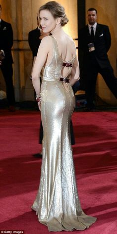Renee Zellweger in a shimmering gold Carolina Herrera creation. Looks like old Hollywood glamour to me. Celebrity Red Carpet, Celebrity Dresses, Celebrity Style, Renee Zellweger, Nicole Kidman, Carolina Herrera, Jennifer Lawrence, Oscar Dresses, Old Hollywood Glamour