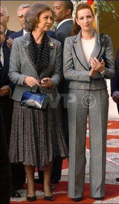 buenas.tardes la Reina doña SOFIA para mi la mejor realza su elegancia una grandísima REY NA y SEÑORA gracias por leerme Royal Queen, Queen Mary, Spanish Royalty, Like Fine Wine, Cashmere Poncho, Wearing A Hat, Advanced Style, Queen Letizia, Queen Victoria