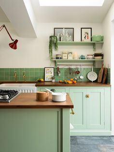 Cute kitchen Decor - 7 bold and beautiful colour ideas for a modern kitchen. Mint Green Kitchen, Green Kitchen Cabinets, Kitchen Paint, Kitchen Colors, Home Decor Kitchen, Kitchen Countertops, Kitchen Furniture, Mint Green Decor, Kitchen Ideas