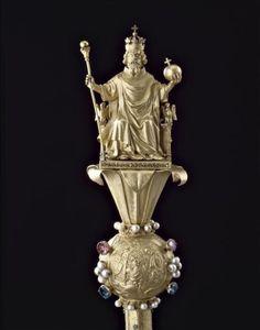 Grand sceptre de Charlemagne de la Cathedrale de Reims, créé pour le couronnement de CHARLES V le 19 mai 1364.- CHARLEMAGNE. 4) BIOGRAPHIE. 4.6 COURONNEMENT IMPERIAL. 4.6.5 CEREMONIE DU 25 DECEMBRE, 4: En 813, Charlemagne fit changer, en faveur de son fils Louis Le Pieux, le cérémonial qui l'avait froissé: la couronne fut posée sur l'autel et Louis la plaça lui-même sur sa tête sans l'intervention du pape. Cette nouveauté, qui disparut par la suite, ne changeait rien au caractère de l'Empire...