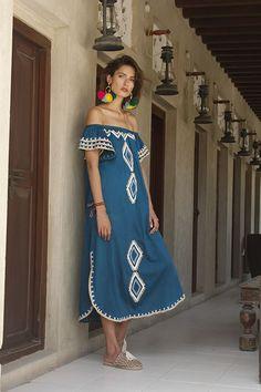 Vestido com desenhos aplicados no tecido e brincos com pompons de lã colorida. Um achado!