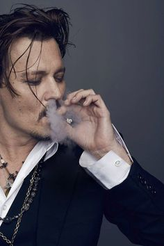 Dior Sauvage: Lost in the Hot Sands of Johnny Depp - Hazel Grant Young Johnny Depp, Johnny Depp Smoking, Here's Johnny, Johnny Depp Movies, 21 Jump Street, Tim Burton, Jonh Deep, Junger Johnny Depp, Johnny Depp Pictures