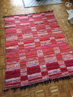 Punainen ruutu matto / räsymatto Loom Weaving, Hand Weaving, Rugs On Carpet, Carpets, Scandinavian Rugs, Rug Inspiration, Rag Rugs, Rug Ideas, Weaving Projects