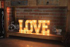 Love Luminoso, uma peça que não pode faltar em seu mini wedding, ou casamento rústico.   Somos de Curitiba,PR.