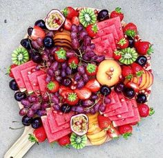 New fruit platter display wedding catering Ideas Party Platters, Party Trays, Cheese Fruit Platters, Cheese Trays, Fruit Plate, Vegan, Food Presentation, Appetizer Recipes, Fruit Appetizers