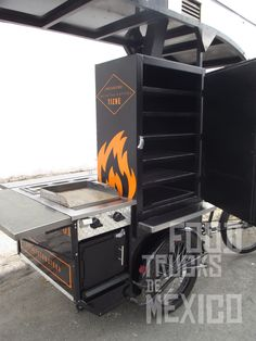 Smoker fabricado a medida con 6 charolas de maya en acero con compartimento para leña y salida tipo chimenea sobre toldo. El Tizne. Food Trucks de México.