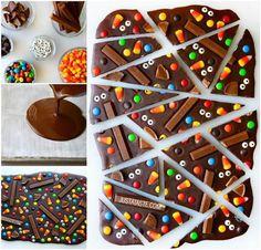 Perfecto para fiestas. Verter chocolate fundido y colocar sobre él, antes de que solidifique, chocolatinas, lacasitos, conguitos, galletas, gominolas y cualquier otra cosa. Una vez sólido, cortar en porciones.