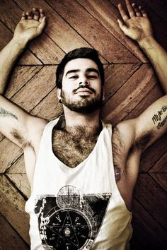 Tattoos...Beards.... Perfect !!! Men styles fashion / hair / beard / cute guys I like the simplicity of it