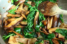 Deze gebakken paddenstoelen met spinazie worden extra lekker door de toevoeging van een scheut goede truffelolie. Bekijk hier het recept.