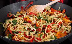 Spaghetti mit Gemüse und Erdnusssauce