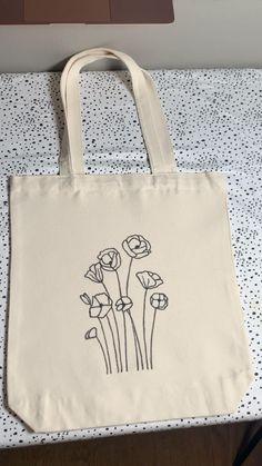 Sacs Tote Bags, Diy Tote Bag, Canvas Tote Bags, Diy Bag Designs, Painted Canvas Bags, Embroidery Bags, Bag Packaging, Fabric Bags, Printed Tote Bags