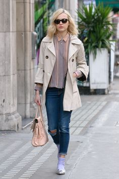 Celebrity style: Fearne Cotton love the socks and pumps idea Fearne Cotton, Candid, Fashion Ideas, Celebrity Style, Socks, Pumps, Stylish, Celebrities, Coat