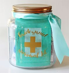 Wedding Gift Ideas Bridesmaid Survival Kit in a Jar (with free graphic) - Be ready for the big day with this fun gift idea: a bridesmaid survival kit in a jar. Super cute and easy gift idea for your wedding party. Wedding Day Bridesmaid Gifts, Bridesmaid Kit, Wedding Jars, Diy Wedding Gifts, Diy Gifts, Trendy Wedding, Chic Wedding, Wedding Ideas, Bridesmaid Survival Kits