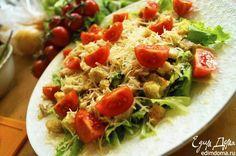 Классический салат «Цезарь»  Блюда с историей — особенно вкусные! Попробуйте классический вариант известного салата с соусом «Цезарь». #готовимдома #едимдома #кулинария #домашняяеда #салат #цезарь #классический #рецепт #соус