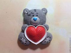 Сегодня я хочу показать вам, как делается медвежонок из пластики с сердечком, который может стать замечательным подарком на день рождения, день Святого Валентина или просто приятным сувениром без повода :) Для лепки нам понадобится: пластика чёрного, белого, синего и красного цветов; стеки для лепки; макетный нож; стекло для запекания; лак; фурнитура. Приступим к лепке!