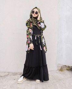 Ayudia set+longcardy flower Bahan inner : mosscrepe Detail : Resleting d. Hijab Casual, Ootd Hijab, Hijab Chic, Women's Casual, Muslim Fashion, Ootd Fashion, Fashion Outfits, Womens Fashion, Hijab Mode Inspiration