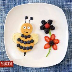 If you arrange fruit for children in this way, the plate will be eaten empty. - Bumble bee pancake The Effective Pictures We Offer You About kids cartoon A quality picture can te - Cute Breakfast Ideas, Breakfast For Kids, Best Breakfast, Birthday Breakfast, Morning Breakfast, Breakfast Plate, Cute Food, Good Food, Yummy Food
