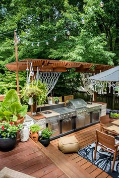 What an amazing outdoor space. This boho patio is s true paradise! Outdoor Kitchen Patio, Outdoor Kitchen Design, Outdoor Rooms, Outdoor Gardens, Outdoor Living, Outdoor Patios, Outdoor Kitchens, Outdoor Grill Area, Outdoor Bars