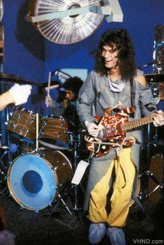 "Video shoot for ""Loss Of Control"" - look at Alex behind those Rogers drums! Koa wrap, grey painted interiors too. Surf Guitar, Surf Music, Guitar Room, 80s Music, Alex Van Halen, Eddie Van Halen, Rock And Roll Bands, Rock N Roll, Van Hagar"