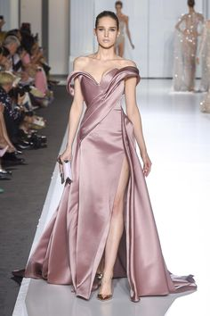Ralph & Russo Fall 2017 Couture Fashion Show Collection: See the complete Ralph & Russo Fall 2017 Couture collection. Look 30 Ralph & Russo, Fashion Week Paris, Runway Fashion, Fashion Show, Fashion Design, Vestidos Fashion, Fashion Dresses, Beautiful Gowns, Beautiful Outfits
