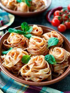 Tagliatelle all' Arrabiata Tomato Pasta Recipe, Pesto Pasta, Pasta Recipes, Pasta Salad, Ravioli, Eat Breakfast, Breakfast Recipes, Yogurt Breakfast, Breakfast Cereal