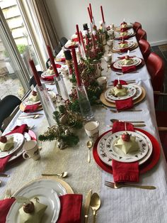 Christmas table setting gold and red 2018 - Table Settings Xmas Table Decorations, Christmas Table Centerpieces, Gold Christmas Decorations, Christmas Tablescapes, Decoration Table, Holiday Decor, Christmas Dining Table, Christmas Table Settings, Deco Table Noel