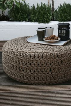 Easy to make yourself: XL crochet pouf with Hoooked Zpagetti Tyres Recycle, Diy Recycle, Recycled Tires, Love Crochet, Diy Crochet, Crochet Pouf Pattern, Crochet Rope, Old Tires, Crochet Home Decor
