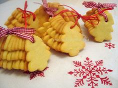 BISCOTTI DI NATALE #GialloBlogs Biscotti Biscuits, Biscotti Cookies, Christmas Sweets, Christmas Cooking, Bakery Recipes, Cookie Recipes, Italian Biscuits, Christmas Biscuits, Xmas Cookies