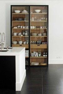 Stylish kitchen shelves for a minimalist decor - kitchen - Home Sweet Home Glass Kitchen Cabinets, Kitchen Shelves, Kitchen Storage, Glass Shelves, Open Shelves, Kitchen Display Cabinet, Dish Storage, Pantry Shelving, Display Cabinets