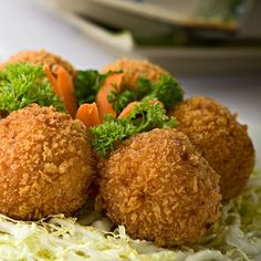 These crunchy bread-coated shrimp balls make for a gratifying snack for all ages. Shrimp Balls, Best Chinese Restaurant, Bread, Snacks, Ethnic Recipes, Food, Appetizers, Brot, Essen