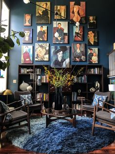 then there's midnight blue walls, a Modigliani gallery wall, and high ceilings drama. Double tap if you're as wowed by this… Decoration Design, Deco Design, Design Trends, Design Ideas, Dark Walls, Blue Walls, Sweet Home, Portrait Wall, Style Deco