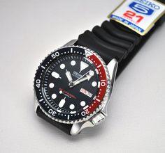 Montre Seiko Diver automatique, modèle de plongée, bracelet caoutchouc noir et lunette pepsi rouge et bleu.