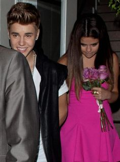 Justin Organized a dinner out in one of the famous Beverly Hills restaurant where he made a speech in front of 30 guests. He describes Selena and tell everyone about how wonderful and exceptional she is. Everyone applauded but Selena cry her eyes out of admiration.  Girls, What do you think of this fantastic proof of love?