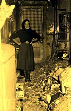 """1972 """"Little Edie"""" from Grey Gardens poses in her house filled with garbage. So sad! (Drew Barrymore played Edie in the movie Grey Gardens. Edith Bouvier Beale, Edie Beale, Jackie O's, Gray Gardens, Familia Kennedy, Mona Lisa, Caroline Kennedy, Cecile, East Hampton"""
