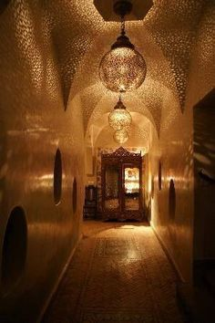 Moroccan hallway, love the light of these lanterns!