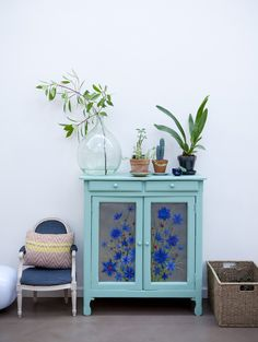 Un meuble vintage repeint en vert d'eau