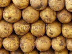 Sorgfältig gestapelte frische Kartoffeln auf einem Basar in Istanbul Erenköy im Stadtteil Sahrayicedit in der Türkei