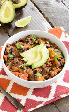 Ultimate Black Bean Chili! What an easy recipe, only 8 ingredients! This healthy chili is perfect weeknight dinner idea! Makes leftovers that are great for lunch too! Vegan, gluten free, low fat!